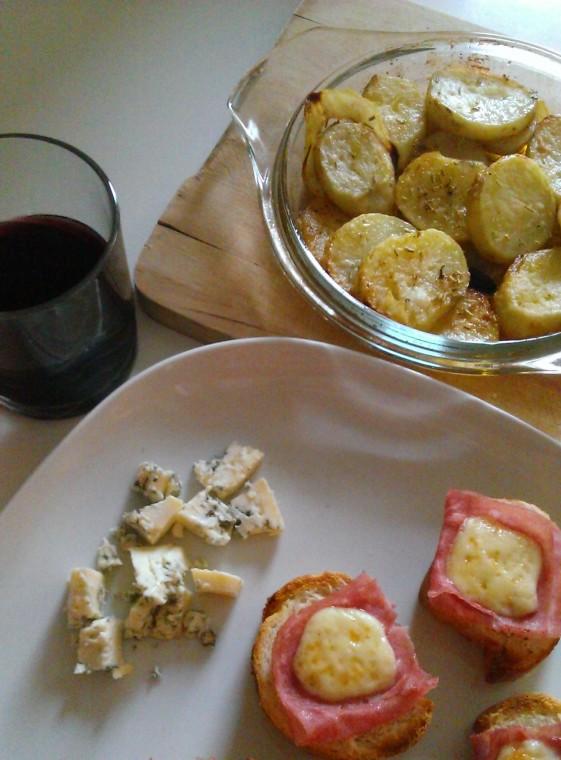 запечени картофи, синьо сирене и мини сандвичи