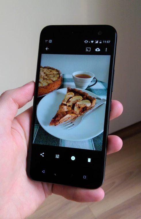 HTC U11 Life в ръка - снимка на ябълков кейк