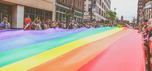 Знаме дъга разпънато по време на прайд гей парад