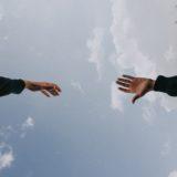 ръка протегната към друга ръка